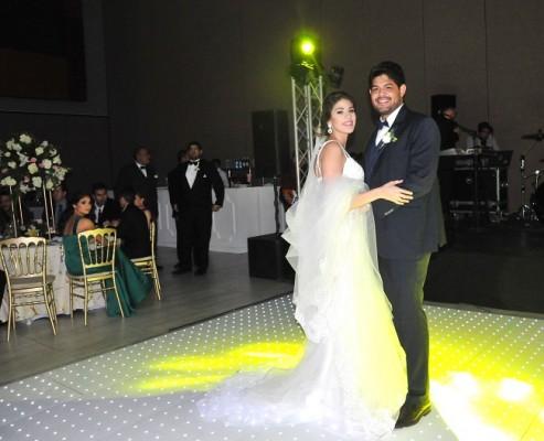 Ya como esposos, Elena Isabel y Óscar, ingresaron a la pista central bailando Tu de que Vas, en la voz de Franco de Vita