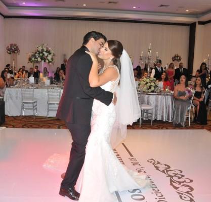 """Al son de """"Bendita Tu Luz"""" de Maná, los novios compartieron su primer vals como esposos"""