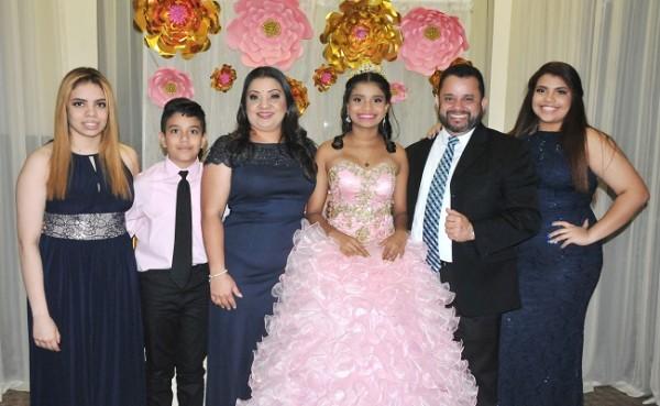 Andrea Calderón, Inmanuel Andrés Calderón, Marisela Banegas de Calderón, Daniela Calderón, Jorge Andrés Calderón y Gloria Calderón