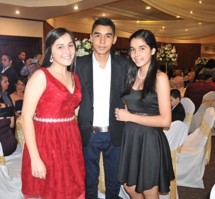 Andrea, Manuel y Ana María Menjívar.