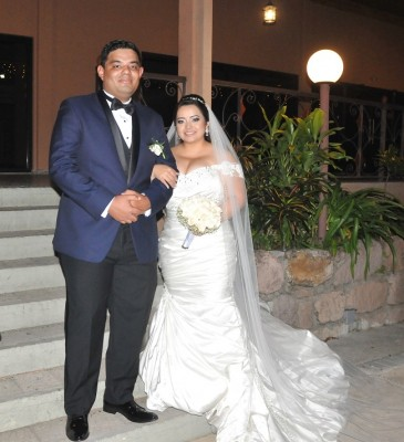 Yastin y Elsy, lucieron impecables en su mágica noche de bodas