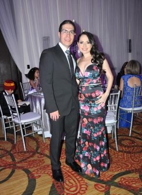 La cómplice inicial en esta historia de amor: Daniela Castro Dunaway junto a su esposo, Víctor Hernández