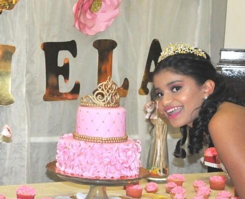 Daniela compartió con sus familiares y amistades, el exquisito pastel de cumpleaños dispuesto especialmente para ella.