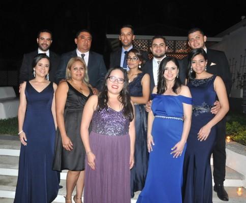 El círculo social más cercano de los esposos Mencía Portillo, les acompañaron en una velada nupcial inolvidable