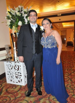 El novio, Carlos René Urbina, junto a su tía, Delmy Pérez, la wedding planner y decoradora de su enlace.