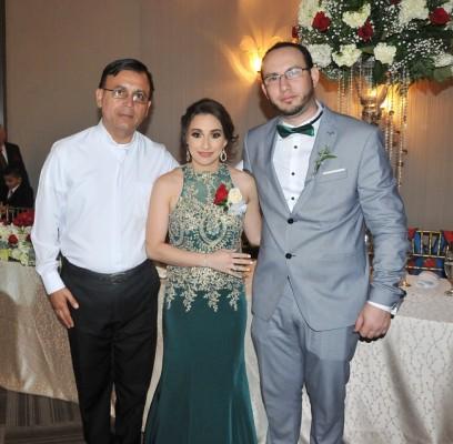 El padre Javier Santos, quien ofició la ceremonia matrimonial, junto a los padrinos de boda, Stephanny Tinoco y Ricardo Salgado
