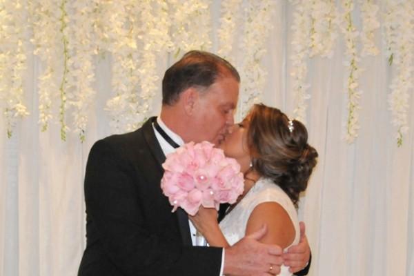 Esta pareja de enamorados fundió sus vidas en un beso de amor eterno