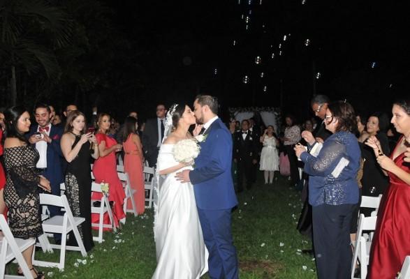 Esta pareja de enamorados selló su unión matrimonial con un romántico beso de amor eterno bajo la luz de la luna y la lluvia de burbujas