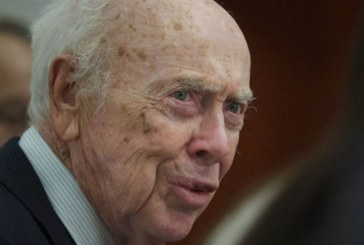 Por racista retiran título honorífico a ganador de Nobel