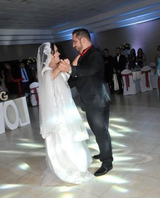 Johana y Taret bailaron All About You de John Leyend durante su primer vals como esposos