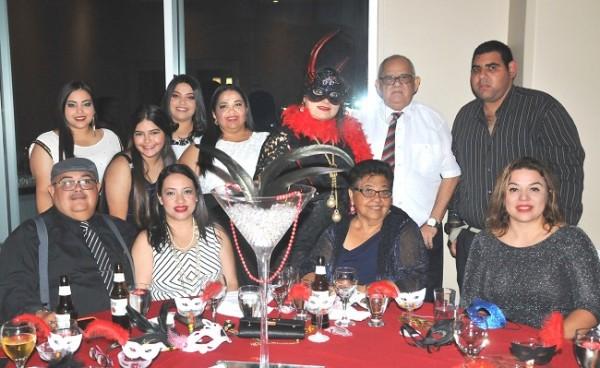 La cumpleañera, Tania Rodríguez de Romero acompañada de su querida familia