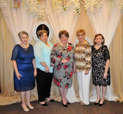 La cumpleañera con sus hermanas, Silvia Navarro, Celia, doña Jenny, Carolina Navarro de Cáceres y Carmen Navarro