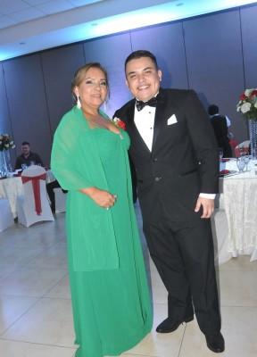La madre de la novia, Norma Canales junto a Christopher Canales