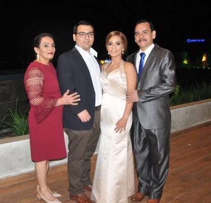 La madre de la novia, Reina Dinora Perdomo junto a los novios y el padre de la novia, Óscar León
