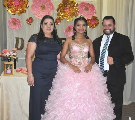 La quinceañera Daniela Calderón, junto a sus padres, Marisela y Jorge Andrés Calderón