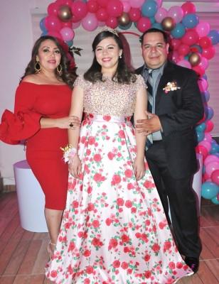 La quinceañera, Lidia Monserrath Flores Rodas, junto a sus orgullosos padres, Danelia Rodas y Christian Flores