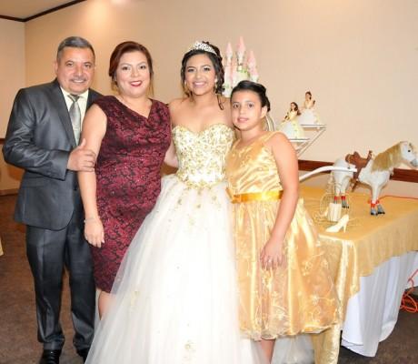 La quinceañera junto a sus hermanas, Fidelina Bonilla y Ana Gabriela Bonilla, acompañadas de su padre, Rafael Bonilla