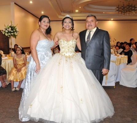 La quinceañera junto a sus padres, Rafael Bonilla y Damaris de Bonilla