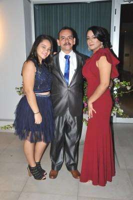 Lizzy León, el padre de la novia, Óscar León y Andrea Dinora León