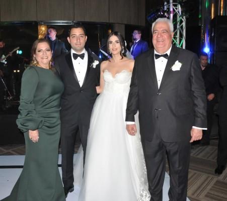 Los novios, Daniella y David, junto a sus padres, Élida de Dieck y Kamal Dieck