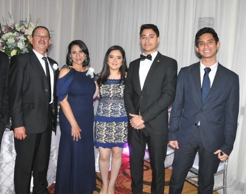 Los padrinos de anillo: Manuel Urbina, Obedulia Salazar de Urbina, acompañados de Ileana Urbina, Marlon Urbina y Moisés Urbina