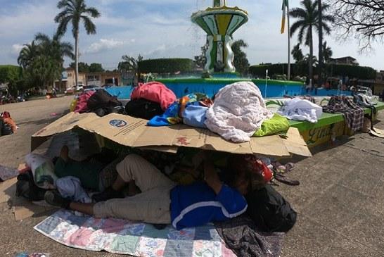 Migrantes centroamericanos permanecen en la calle aguantando sol y agua esperando poder ingresar a México