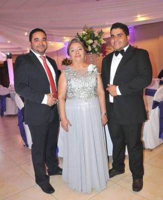 Omar Dubón, la madre de la novia, Norma Bonilla y César Dubón