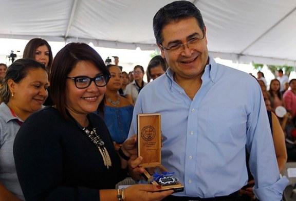 """""""Sí se puede"""" tener éxito en Honduras a través del emprendimiento, asegura presidente Hernández"""
