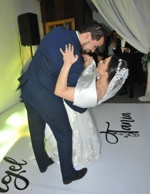 Tras la impecable amenización musical de Rodrigo Cervantes, Tania y Ángel bailaron su primer melodía como esposos.
