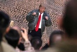 Trump se viste de héroe para conmemorar segundo año en el poder