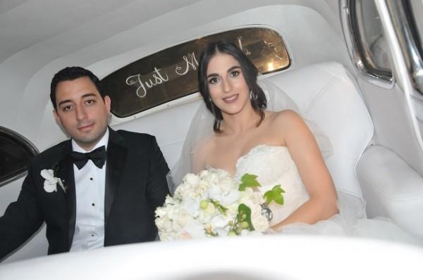 Una imagen de Daniella y David dentro del automóvil clásico que abordaron en su gran noche de bodas