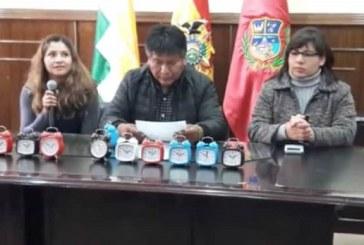 Gobernador les regala relojes despertadores a los funcionarios impuntuales