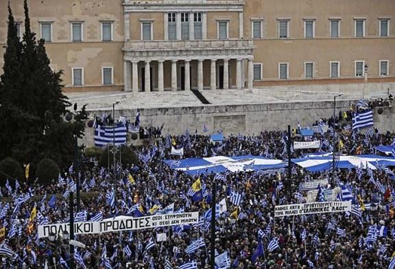 Miles de personas protestan en rechazo al acuerdo para cambiar el nombre a Yugoslava