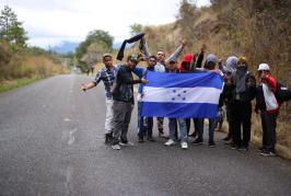 Caravana de migrantes retoman en Guatemala su camino hacia EEUU