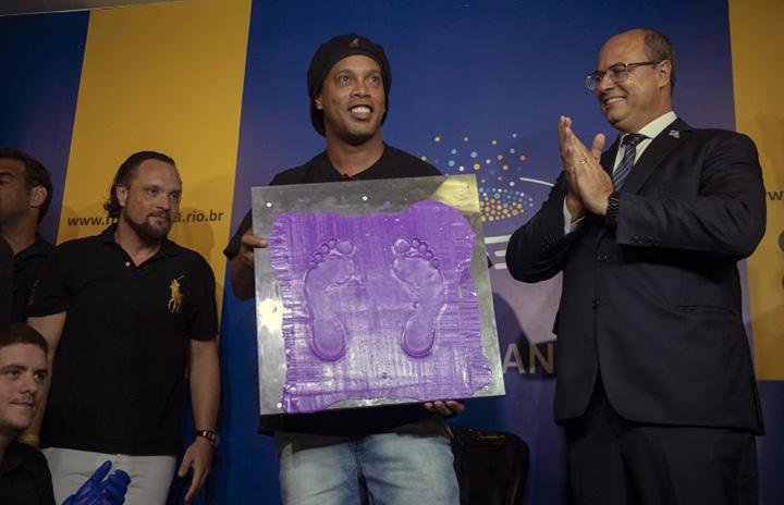 """Ronaldinho fue homenajeado en el Maracaná y pasó a ser parte del """"paseo de la fama"""" del estadio"""