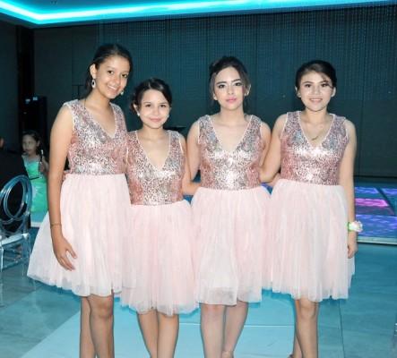 Las damitas del cortejo de la quinceañera: Alexa Mena, Eunice Cruz, Katherine Santos y Mildred Membreño