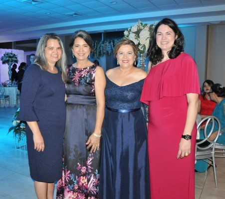 Amparo Castro Mancía; la madre de la novia, Liliana Castro de Ferrera, Lourdes Mancía y Sandra Castro Mancía