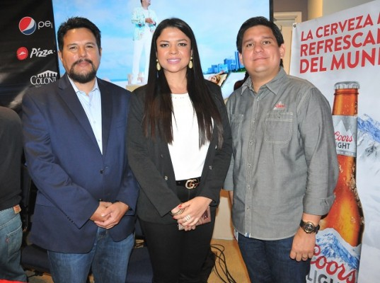 Los represnetantes de City Producciones: Eduardo Benhard, Debbie Figueroa de Benhard, junto a Gustavo Palacios de la marca Coors Light