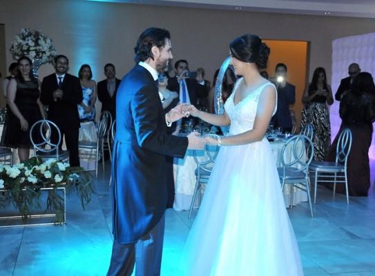 Eduardo y Paola compartieron su primer vals como esposos Senza un peche nada