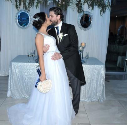 2 años y medio de noviazgo bastaron para que Eduardo y Paola sellaran con un romántico beso su fabuloso enlace matrimonial