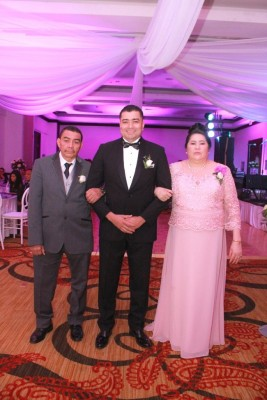 El novio, Carlos Mendez, junto a sus padres, José Mendez y Lucia Martinez