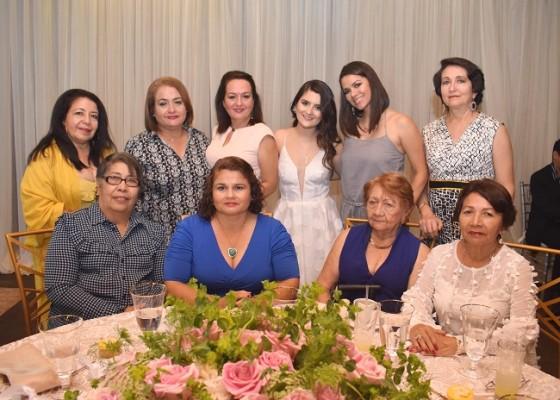 Familiares y amistades acompañaron a Sonia durante su especial celebración prenupcial.