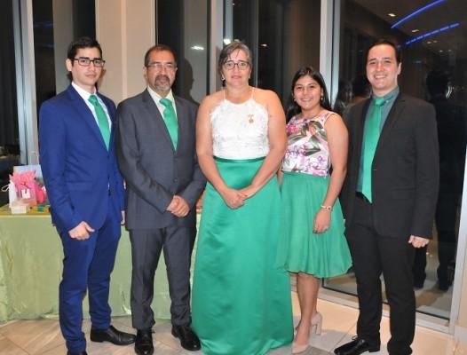 La familia Orellana-Castillo en pleno: Gabriel Orellana, Martín Orellana, Suyapa Castillo de Orellana, María Fernanda Castillo y Moisés Orellana