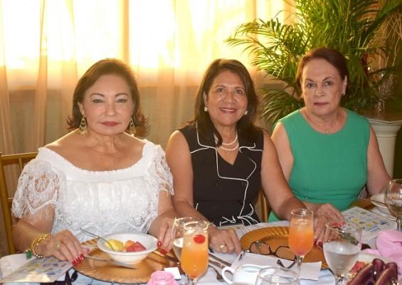Gabriela Mejía, Vilma Karow y Rosario de Núñez
