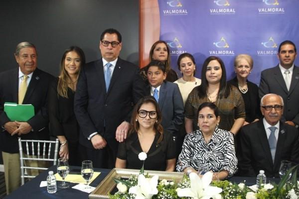 Integrantes de la familia Ferrari y ejecutivos de Valmoral