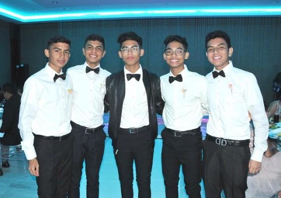 Los caballeros del cortejo de la quinceañera: Isaac Arias, Raúl Castro, Mauricio Perdomo, Joel Perdomo y Adonay Matute