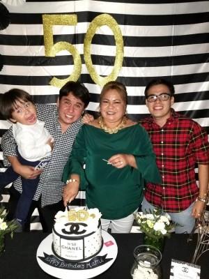 Jonathan Rodriguez, Luis Alonso Rodriguez, Gabriel Andre Rodriguez Ham, celebrando el cumpleaños de Leslie Martínez Mancito en Anafres Grill...todo al estilo Channel