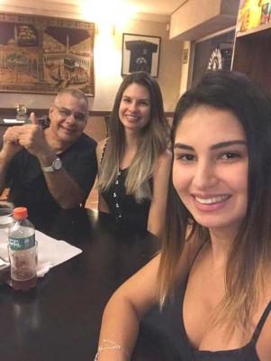 Juan Jeer con sus hijas