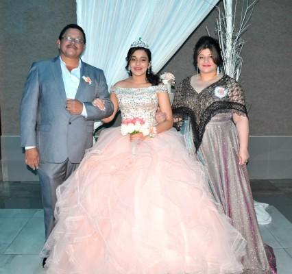 La quinceañera, Natalia Mayela Cerrato, junto a sus padres, Alfonso Cerrato y Lorena Mayela Cáceres