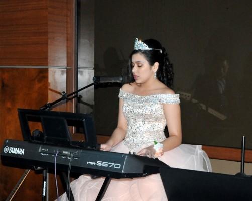 La quinceañera ejecutó el teclado de manera excepcional en su gran noche de celebración.